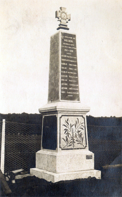 Carte postale du monument aux morts lors de son érection